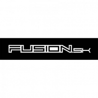 [Nálepka Fusion logo - ploter biela 1,9 x 20cm]