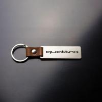 [Oceľový prívesok na kľúče s koženým remienkom QUATRO]